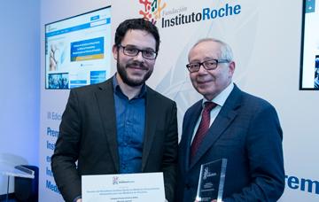 Jesús Mendez, Mención Especial Prensa escrita y online y Julio Sánchez Fierro (Patrono Fundación Instituto Roche)